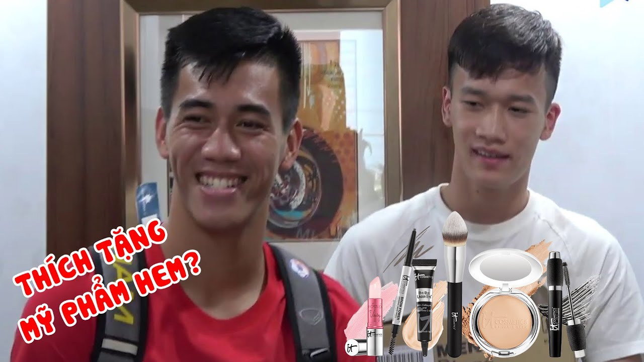 Hoàng Đức, Tiến Linh bất ngờ tặng mỹ phẩm cho PV, Thanh Thịnh biểu cảm cực hài vì sự cố thang máy