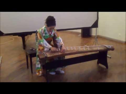 Ямадзи Михо играет на кото в Каменном зало