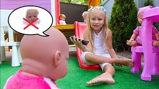 Алиса открыла ДЕТСКИЙ САД !!! Alice  play in babysitter for doll