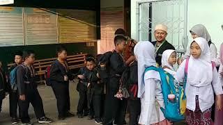 Download Video Akhlak Muslim    Siswa SD Plus Nurul Aulia Kota Cimahi mengantre untuk bersalaman dengan gurunya MP3 3GP MP4
