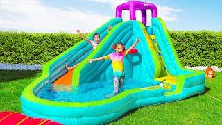 Max y Katy están jugando en el patio