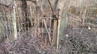 Памятники и ограды на кладбище. Печальная музыка