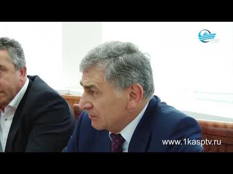 Заместитель председателя Правительства РД Г. Идрисов  вручил главе города М.Абдулаеву диплом и переходящий знак