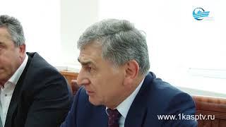 Заместитель председателя Правительства РД Г. Идрисов  вручил главе города М.Абдулаеву диплом