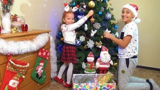 НАРЯЖАЕМ новогоднюю ЁЛКУ Саша и Настя украшают дом Папа Дед Мороз Видео для детей VLOG
