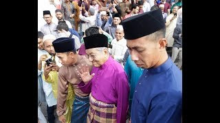Dr Mahathir performs Aidilfitri prayer at National Mosque