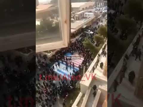 Иранцы отказываются ходить по флагам США и Израиля