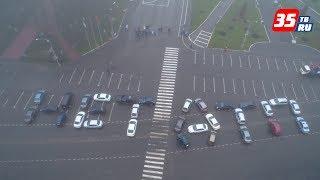 """30 автомобилей выстроили слова """"НЕТ ДТП"""" в центре Вологды"""
