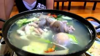 Живой осьминог в тарелке супа