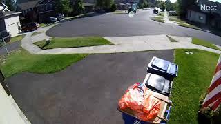 Video: Un niño se esconde durante 30 minutos en un cubo de basura para escapar de un policía