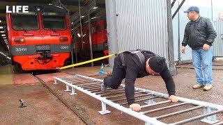 Российские силачи тащат на себе поезд в Симферополе