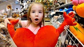 Маша в магазине Икеа выбирает игрушки.