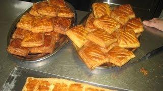 La galette aux pommes de terre est typique du Berry. Plusieurs rece...