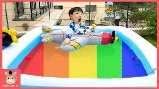 대형 수영장 비행기 튜브 타고 노는 꾸러기 미니 워터파크 물놀이 ♡ 색깔놀이 인기 어린이 동요 색깔송 장난감 놀이 learn colors | 말이야와아이들 MariAndKids