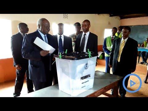 Retired President Mwai Kibaki casts vote in the repeat presidential poll