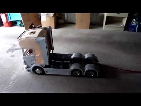 tracter une voiture avec un scania rc echelle 1 6 youtube. Black Bedroom Furniture Sets. Home Design Ideas