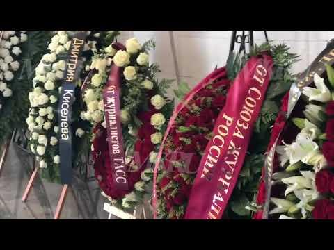 На Троекуровском кладбище началась церемония прощания с Сергеем Доренко