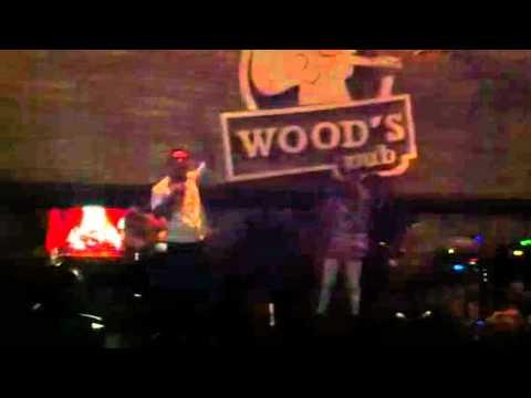 Carlitos cantando na Wood's Pub – Pra kba