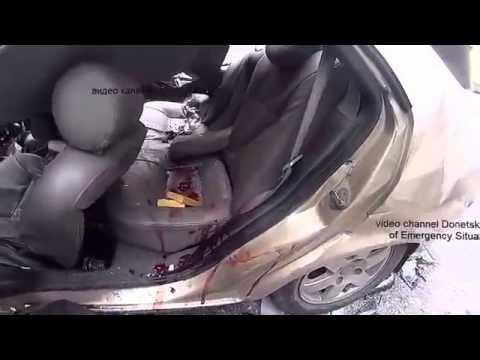 Донецк Танк террористов с РФ наехал на машину ДТП есть жертвы