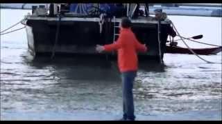 Мужчина идет по воде