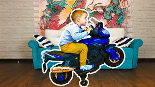 Малыш распаковывает и катается На Новом Мини Байке для Детей