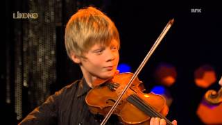 Czardas. 11 år gamle Joakim Røbergshagen spiller sammen med Arve Tellefsen hos NRK Lindmo.