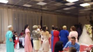 Невеста кидает свадебный букет😂😂