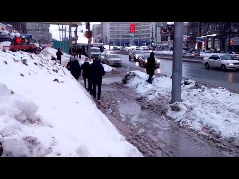 Новосибирск. На площади Калинина люди тонут и лезут на столб.