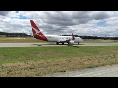 Canberra airport plane spotting, inc. Singapore airline 777-200!