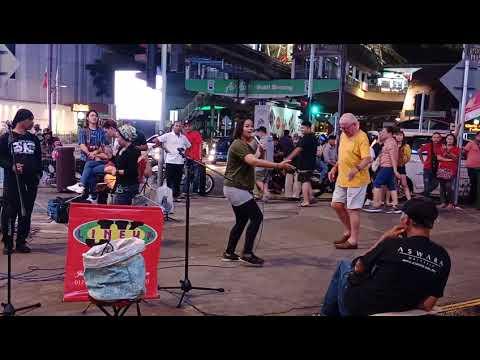 Mat Saleh tua nak menari di Bukit Bintang