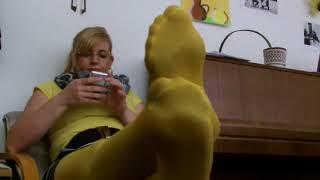 Взрослая женщина в колготках, мини юбке показывает сексуальные ножки. Красотки в колготках)