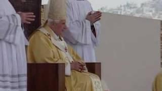Арабская певица целует туфлю Папы Римского
