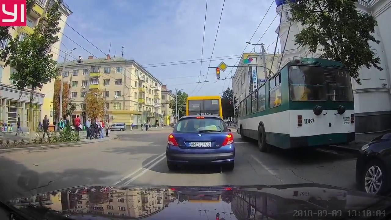Land Cruiser в Житомире выехал на встречку и проехал на красный свет