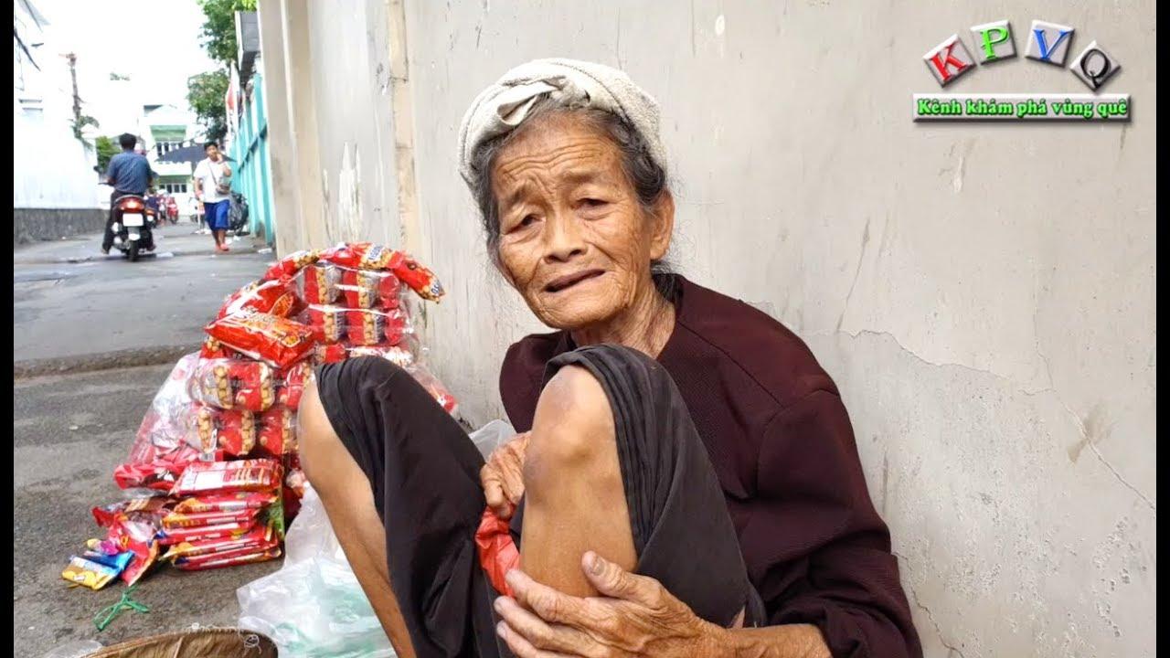 Cụ bà 70 tuổi khắc khổ, quần áo rách bươm ngồi bán snacks, bim bim