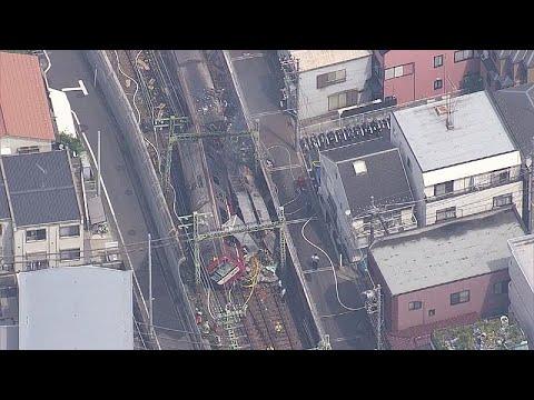 В Японии поезд столкнулся с грузовиком
