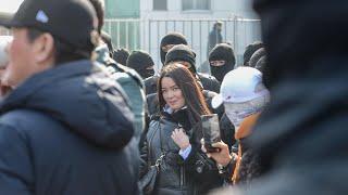 Назарбаев полициясының көзінше қазақ қызы билікті тас талқан етті! Қатты айтты!