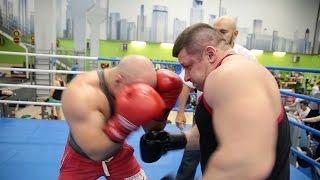 Бодибилдер против пауэрлифтера. Бой \ Muscle vs Power. Fight