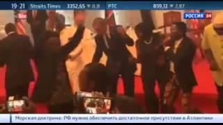Обама танцует танец \