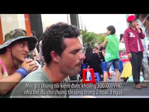 Hai thanh niên Nga kiếm tiền giữa Sài Gòn từ dàn trống 've chai'