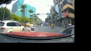 Viral!Ibu ibu main hp di tengah jalan😱Lihat apa yang dilakukan pengemudi mobil?