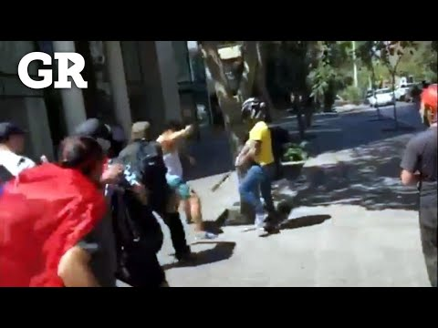 Agreden a periodista en marcha en Chile