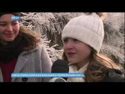 Gelo toma conta da paisagem no Rio Grande do Sul e faz a alegria dos turistas