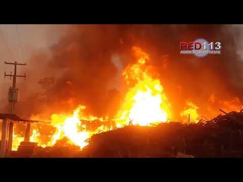 VIDEO Se incendian aserradero y taller de madera en Huajúmbaro