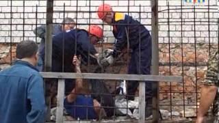 Мужчина проткнул ногу арматурой насквозь(Накануне сотрудники городской службы спасения оказывали помощь мужчине, который упал с крыши двухэтажного..., 2013-09-19T12:07:27.000Z)