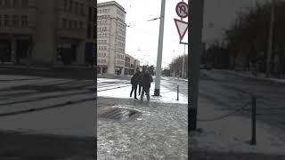 Dresden: Antifa greift erneut Infostand der AfD mit Eisbällen am Albertplatz an