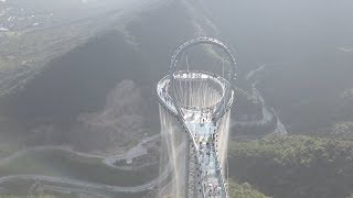 «Небесный коридор»: беспилотник снял необычную смотровую площадку в Китае