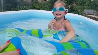 Тома в бассейне Toma Toma In The Pool