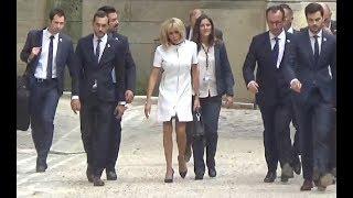 Brigitte Macron salue la foule lors de la visite de Melania Trump Notre Dame de Paris juillet 2017