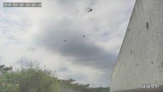 普天間第二小学校の上空付近を飛ぶ米軍ヘリ=防衛省提供