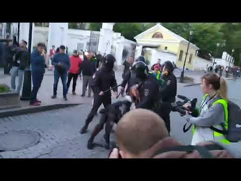 Мусор ударил девушку в живот, на мирном митинге 10 августа
